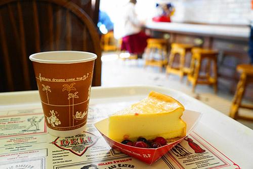 ニューヨークデリでニュ-ヨークチーズケーキ