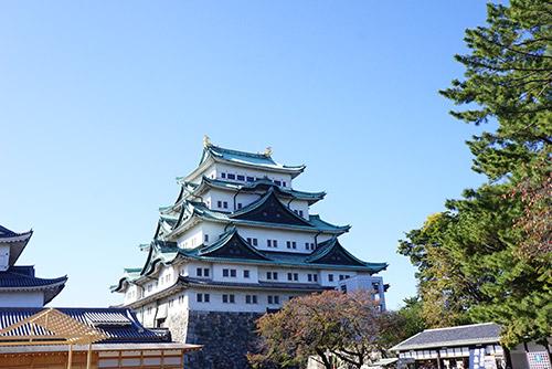 青空に映える名古屋城