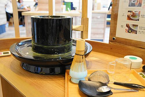 抹茶カフェで茶ひき体験
