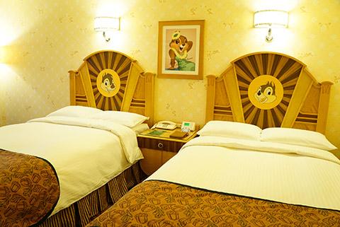 チップアンドデールの部屋のベッド