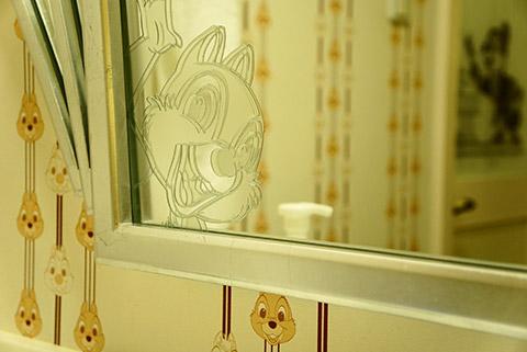 チップアンドデールの部屋のミラー