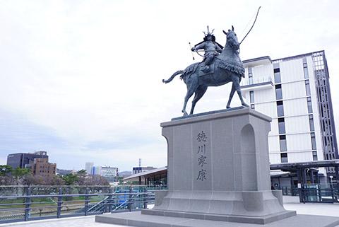 名鉄東岡崎駅通路からオトリバーサイドテラスへ続く通路に徳川家康像