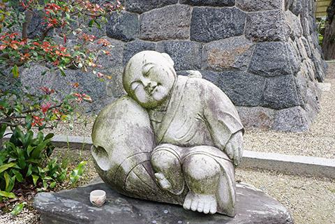ほのぼのする石像