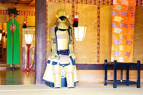菅生神社本堂内にある徳川家康公 金溜塗具足(きんためぬりぐそく)