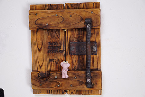 鐵屋+カフェの壁にある小さなドア