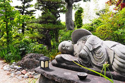 横たわる石像