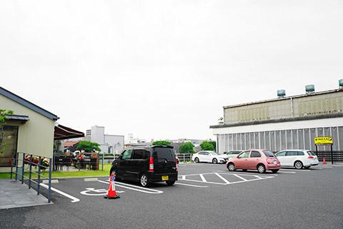 珈琲元年中川本店の駐車場