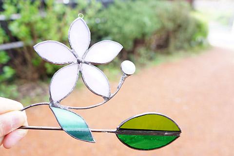 ステンドグラスで花と葉