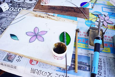 ステンドグラスの花と葉