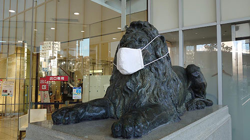 星ヶ丘三越前のライオンもマスク着用