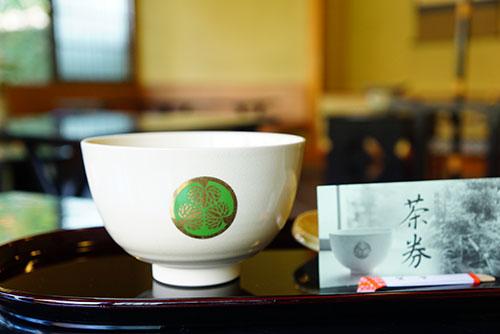 徳川の葵の紋の器で飲むお抹茶