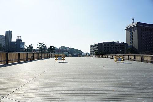 幅が広くて広々とした桜城橋