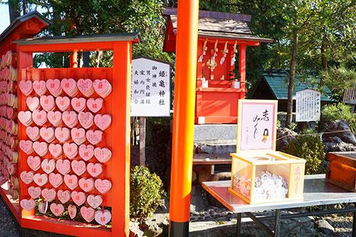 ハートの絵馬が並ぶ三光稲荷神社