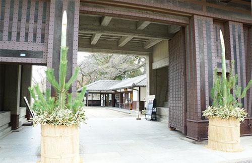 正門には門松、新年の準備がされていました