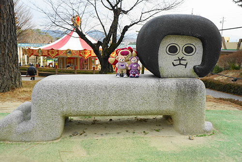 岡崎南公園のオカザえもんのベンチ