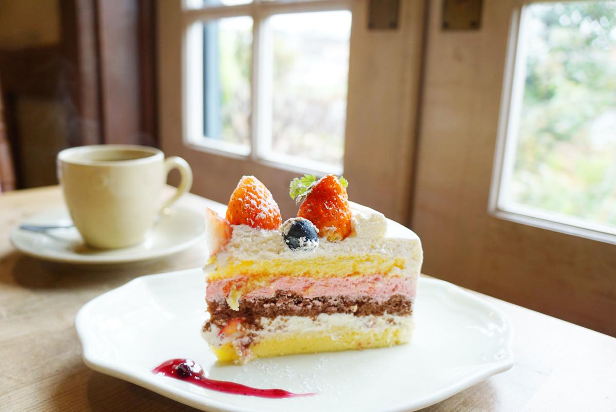 3色の層のいちごのケーキ