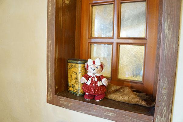 カフェの窓辺でマイシェリーメイちゃん記念撮影