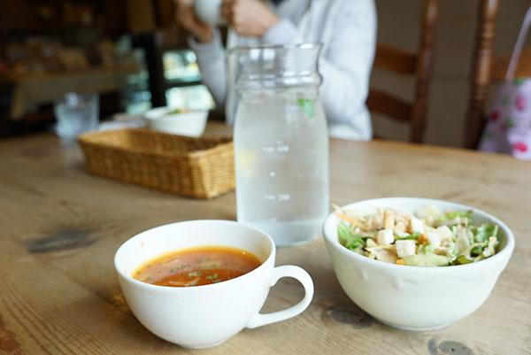 ランチセットにはスープとサラダ付き