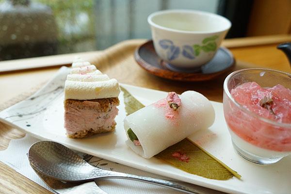 桜と玄米茶のおもちロール