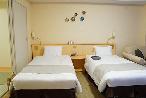 ホテルエミオンの和洋室の洋室ベッドルーム