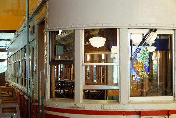 店内に路面電車のあるオールドスパゲティファクトリー