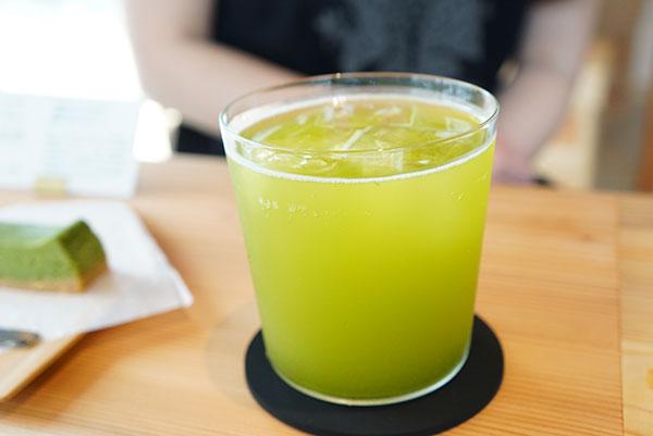 とてもきれいなグリーンの水出し茶