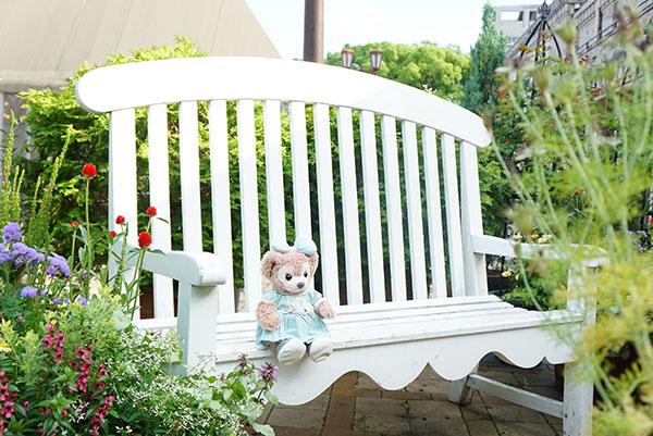素敵なベンチでモデル気分なマイシェリーメイ