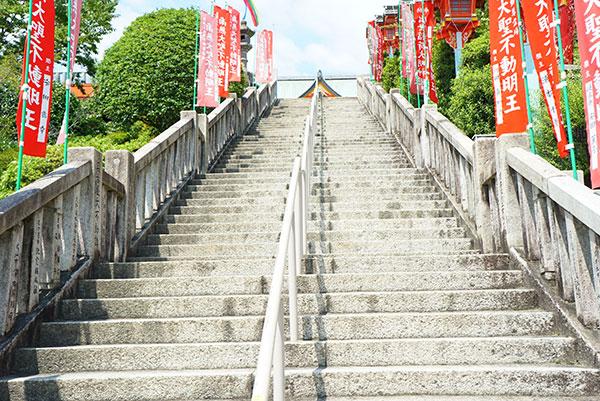 犬山成田山の本殿への階段