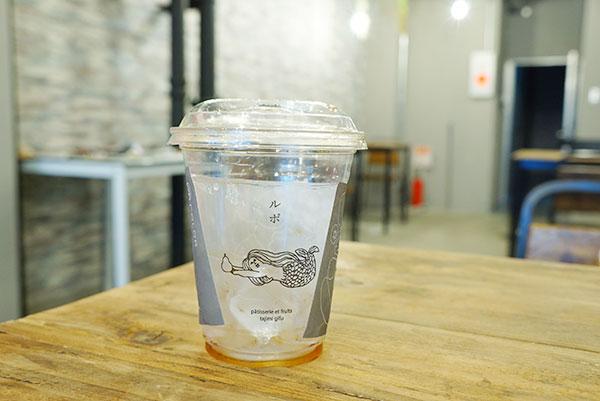 人魚のイラストのドリンクカップ