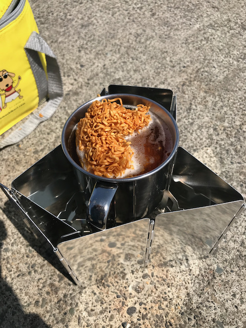 チキンラーメンを2つに割ってステンマグに投入。