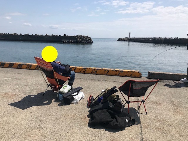 岸壁に釣座を確保。