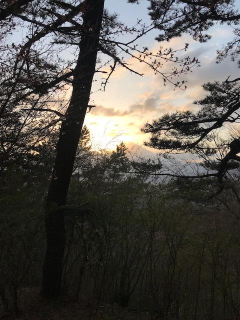 富士山に隠れようとしている夕日