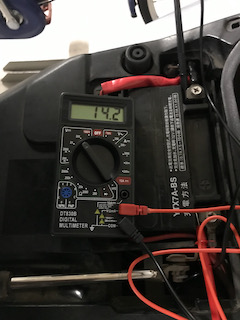 エンジンON状態のバッテリー端子電圧14.2V。バッチリです!