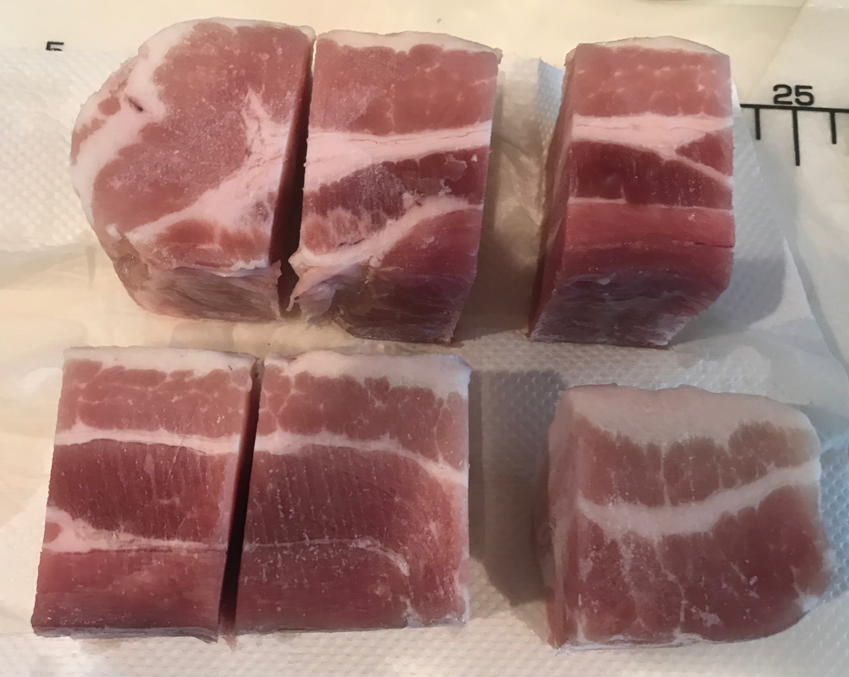 冷凍豚バラブロックを適当な大きさに切り分けます。