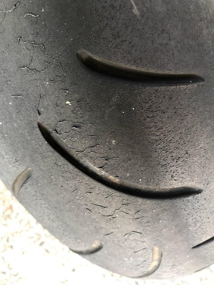 リアタイヤが溶けてる!
