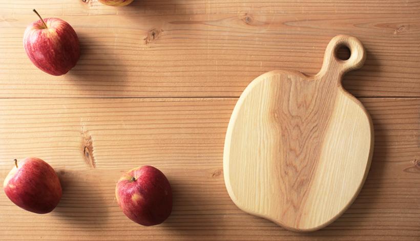 リトアニア 木製カッティングボード りんご