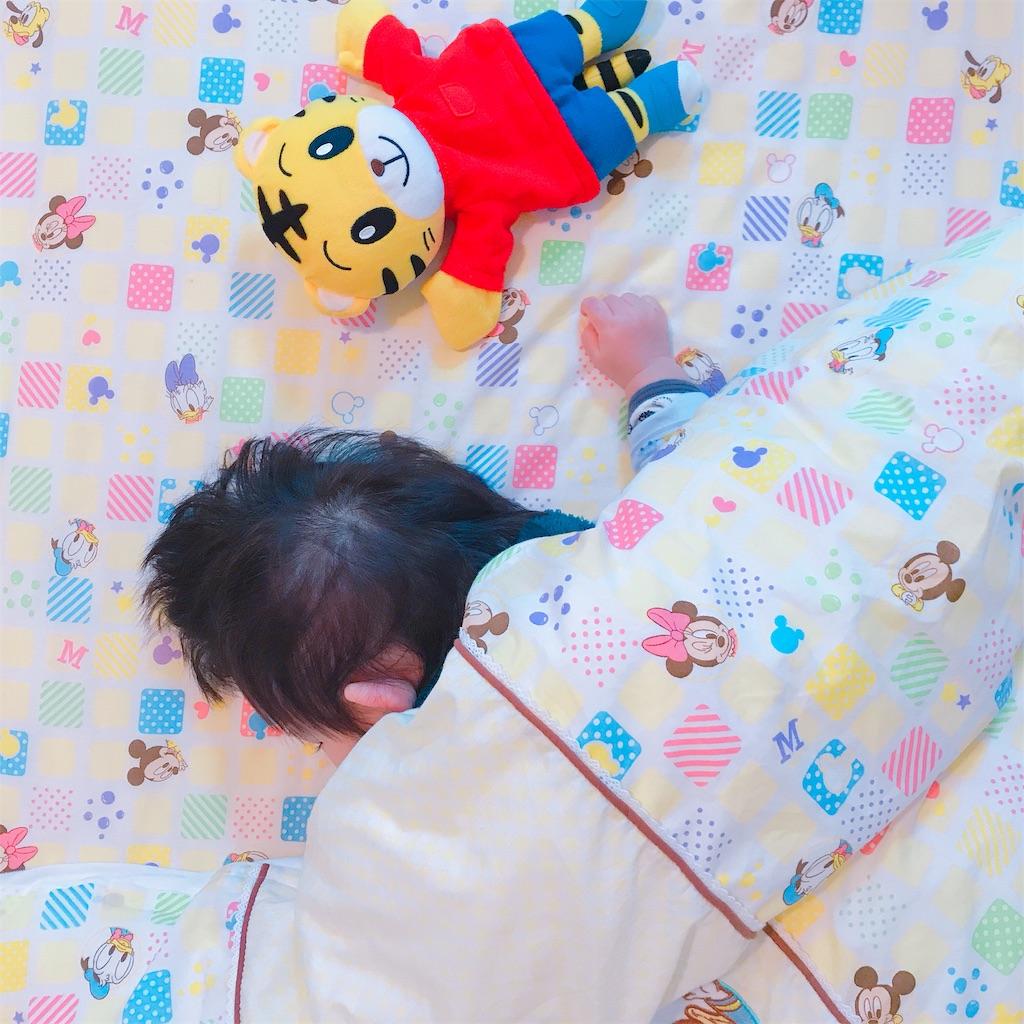 お布団で寝ている赤ちゃん