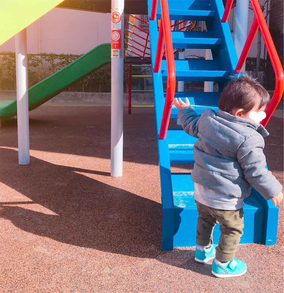赤ちゃんが初めてお外で歩いた写真