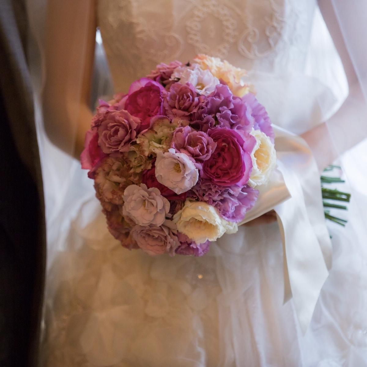 女性が持っているピンクの花束