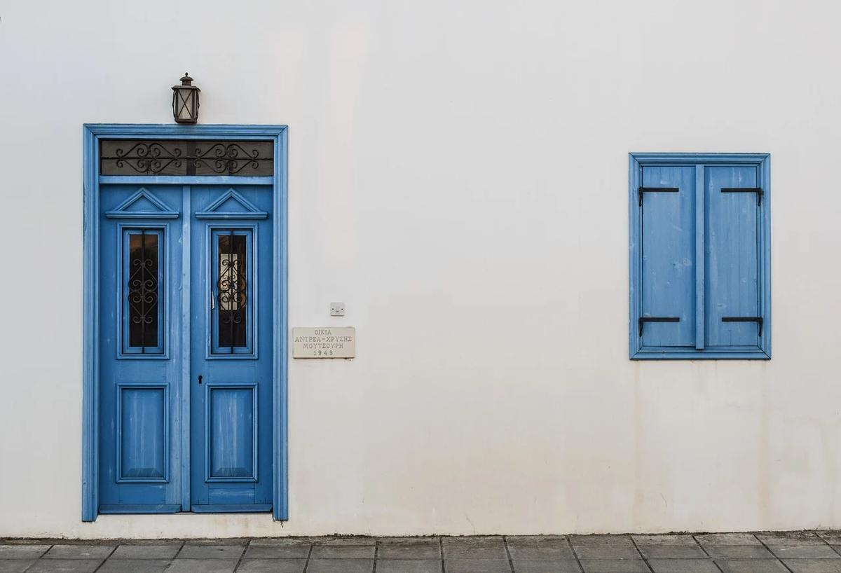 青いドアと窓の家の写真