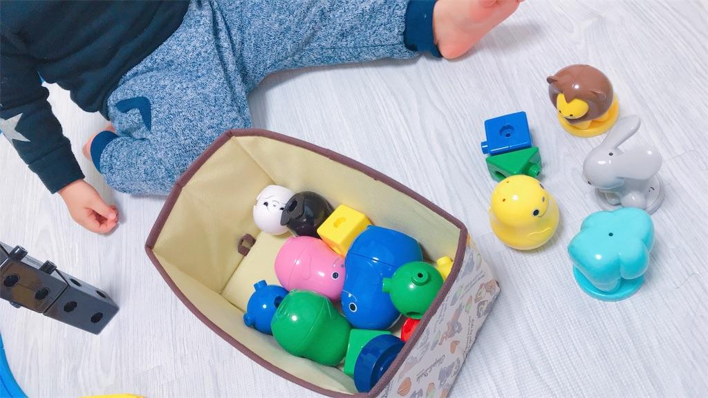 こどもちゃれんじぷちのおもちゃのブロックで遊ぶ様子