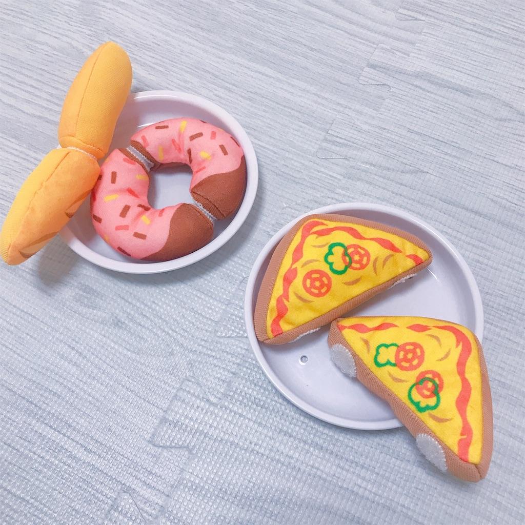 こどもちゃれんじぷちのおもちゃのピザで遊ぶ様子