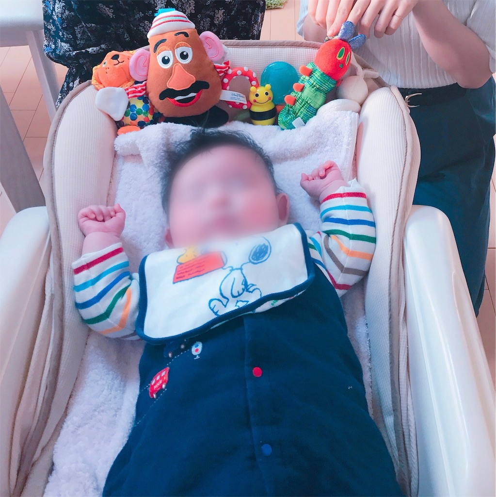 ハイローチェアに寝ている赤ちゃん