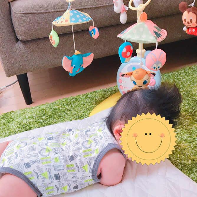 メリーで遊ぶ赤ちゃん
