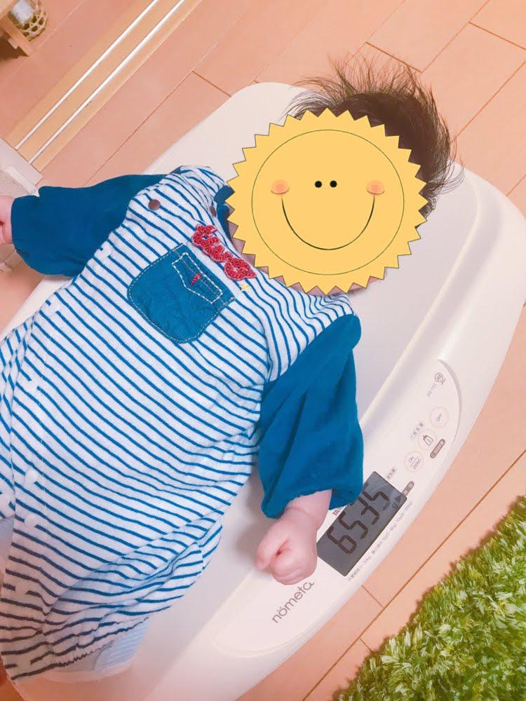 ベビースケールに乗っている赤ちゃん