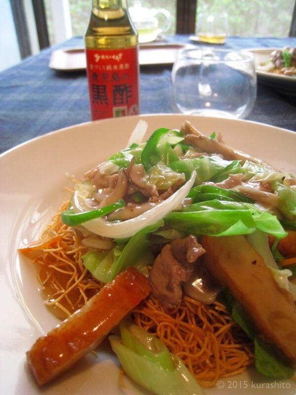 お昼の長崎皿うどんに、野菜たっぷり+食卓で黒酢。