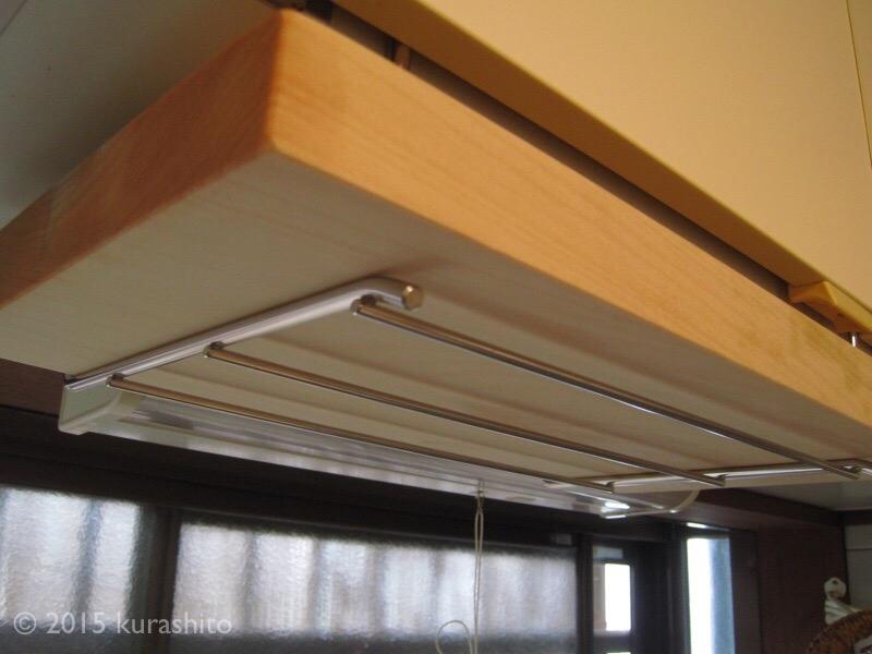キッチンのつり戸棚にひっかけるタイプの、まな板掛け。