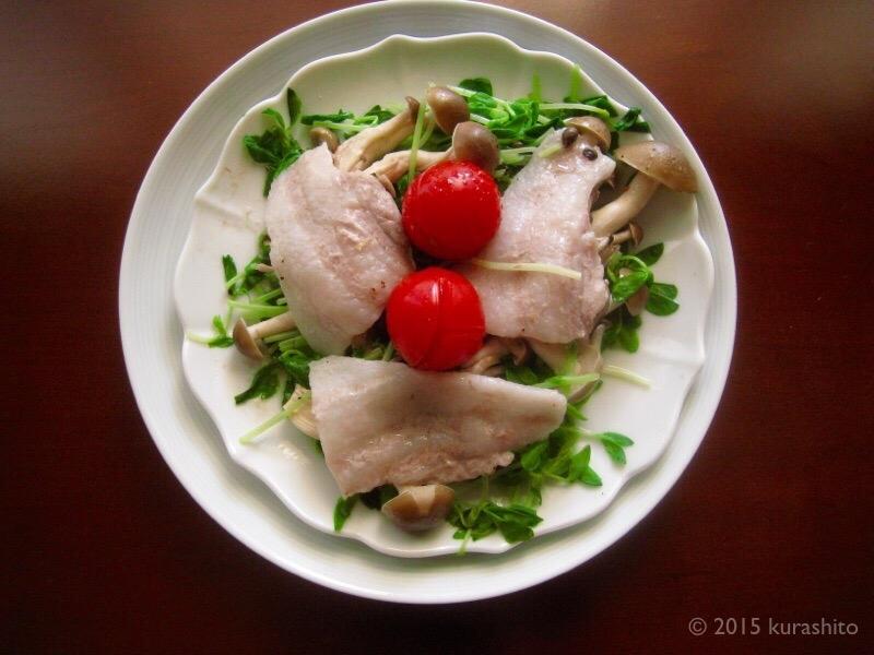 豚バラと豆苗とキノコの蒸し料理