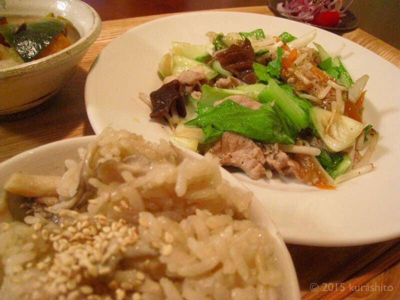 高野豆腐とカボチャの煮物。キクラゲで炒めもの。