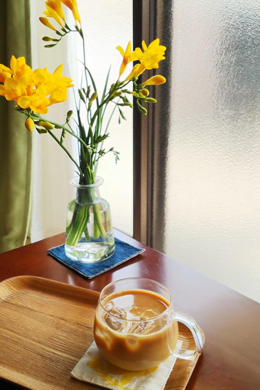 春、フリージア。自家製カフェオレベースでアイスカフェラテ、始めました。